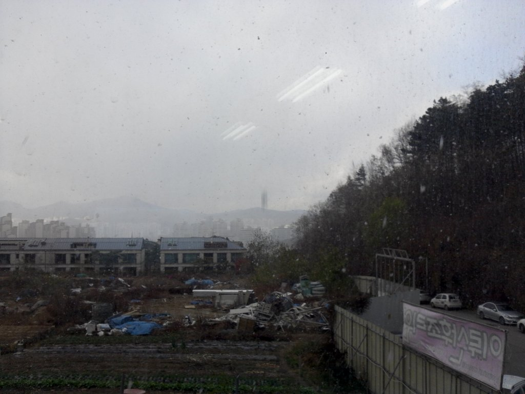 First sight of Korean Snow...looks dirty and gloomy...which it kinda is but still the kids were excited!